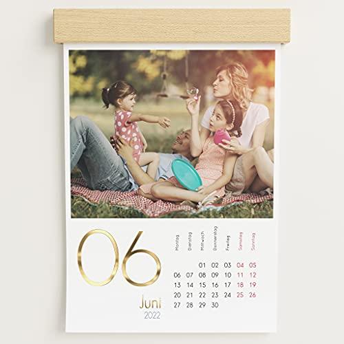 sendmoments Fotokalender 2022 mit dekorativer Holzblende & Veredelung in Gold, Kalenderjahr, Wandkalender mit persönlichen Bildern, Kalender für Digitale Fotos, Spiralbindung, DIN A4 Hochformat