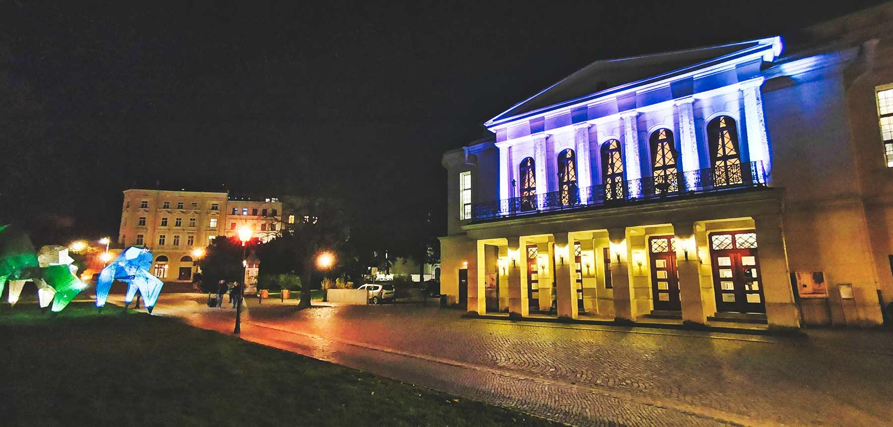Theater Görlitz bei Nacht, bleuchtete Innenstadt erleben